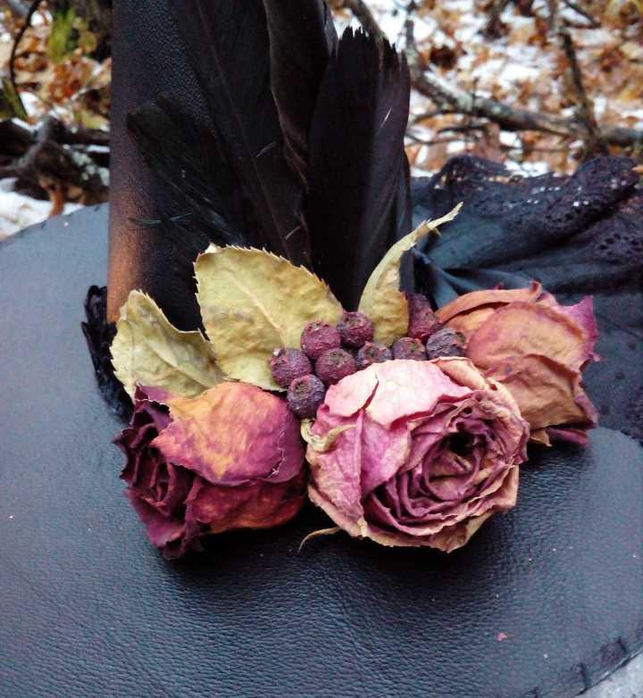 Шляпу украсили сухими цветами