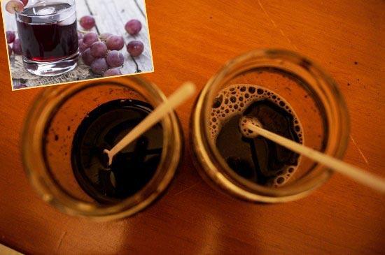 Виноргадный сок и почва в стаканах