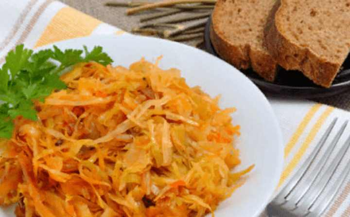 В русской кухне одним из наиболее популярных блюд является тушеная капуста