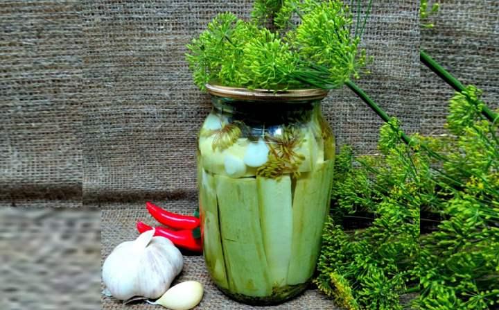 Рассол готовим, добавляя соль и сахар в горячую воду и размешиваем до полного растворения.